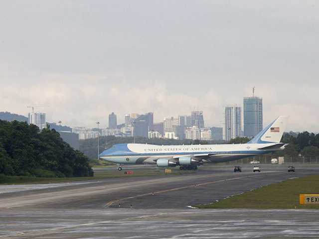Yahoo: Trump's plane has gold details, movie theater but it is larger ...
