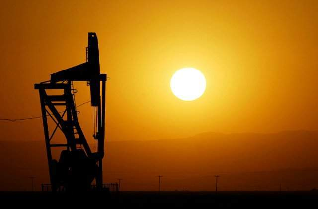 Oil prices fall over 1 percent on recovery in US output