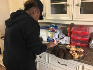 Teen sells cupcakes for mother's cancer bills