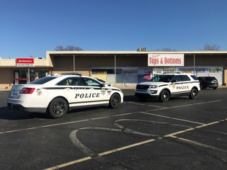 Police: Man armed with shotgun robs store